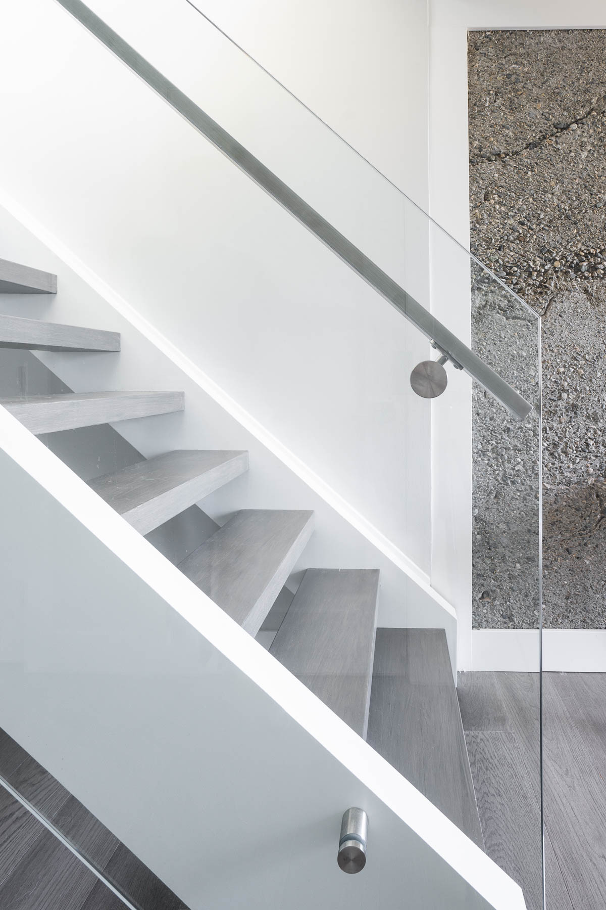 Floating staircase enclosed in glass (entry)