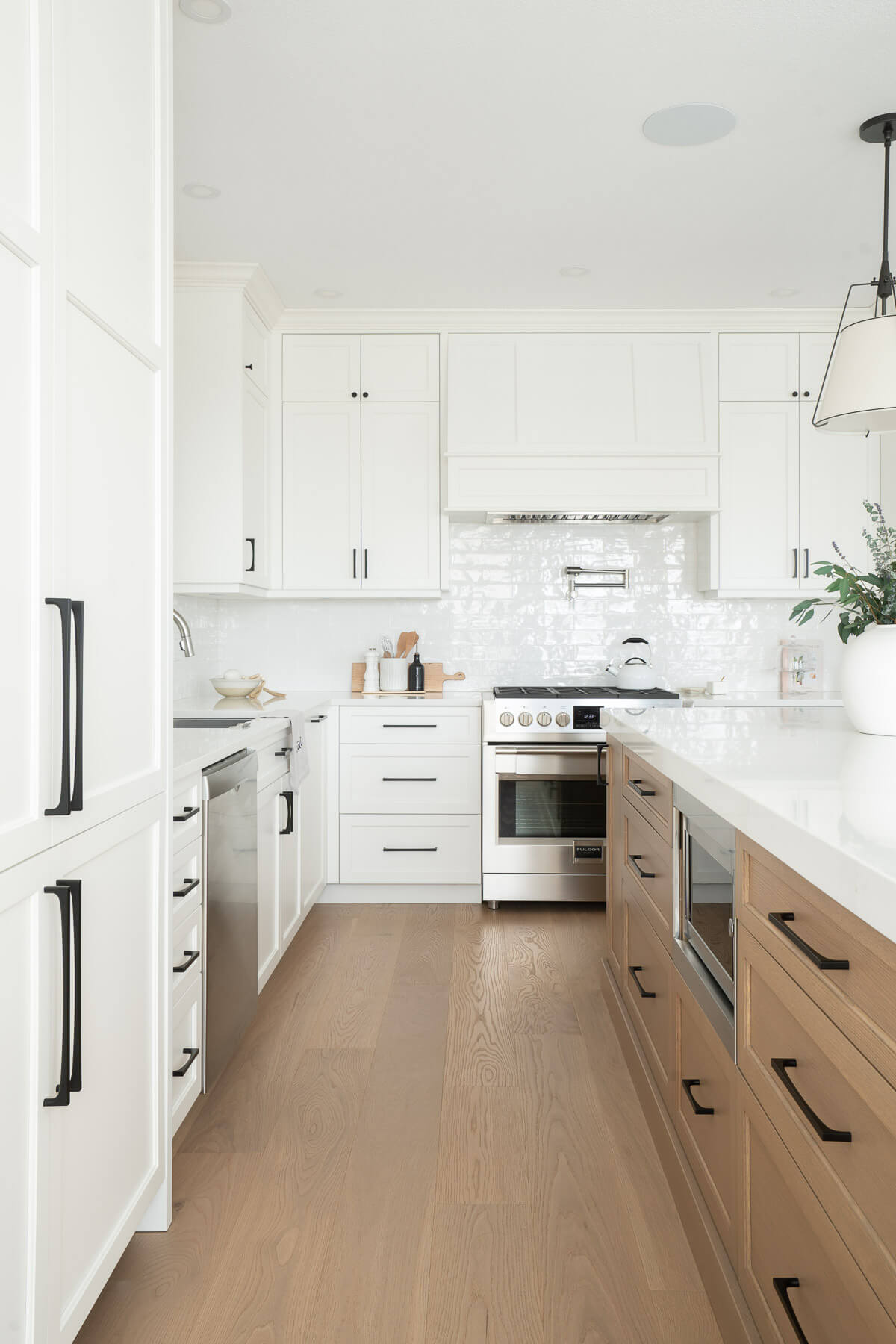 White shaker kitchen cabinetry and hood millwork